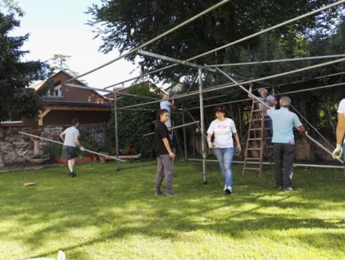 Lavoro di allestimento del giardino per la festa Porteghi e Spiazi, 2016.